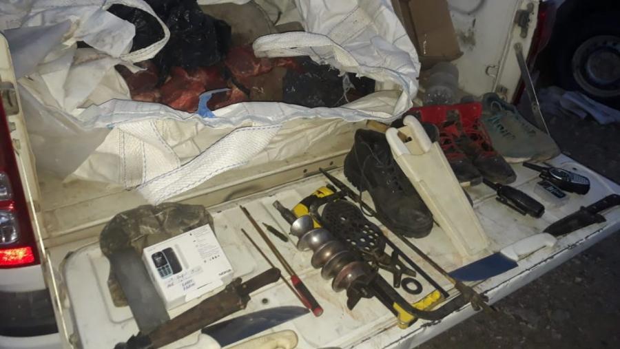 Dos personas fueron detenidas por abigeato con 200 kilos de carne, cuchillos y handies