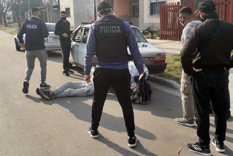 A plena luz del día circulaban con droga y llevaban un arma de fuego debajo del asiento del vehículo