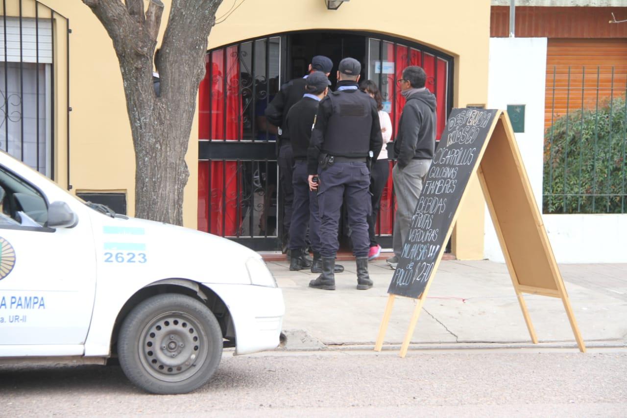 Dos menores de 15 años asaltaron a mano armada una despensa y forcejearon con la dueña