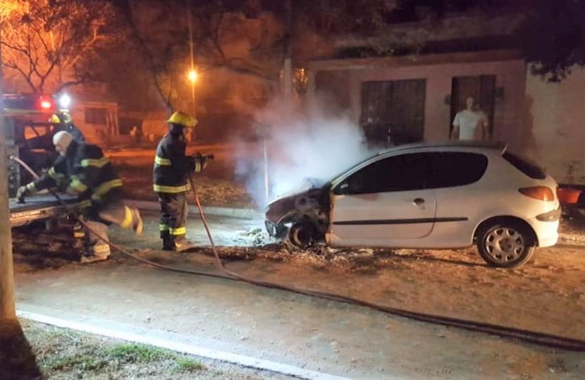 """Eduardo Castex: La Policía intervino en el incendio de un auto, secuestró camionetas por caza ilegal y labró infracciones por """"encuentros sociales"""""""