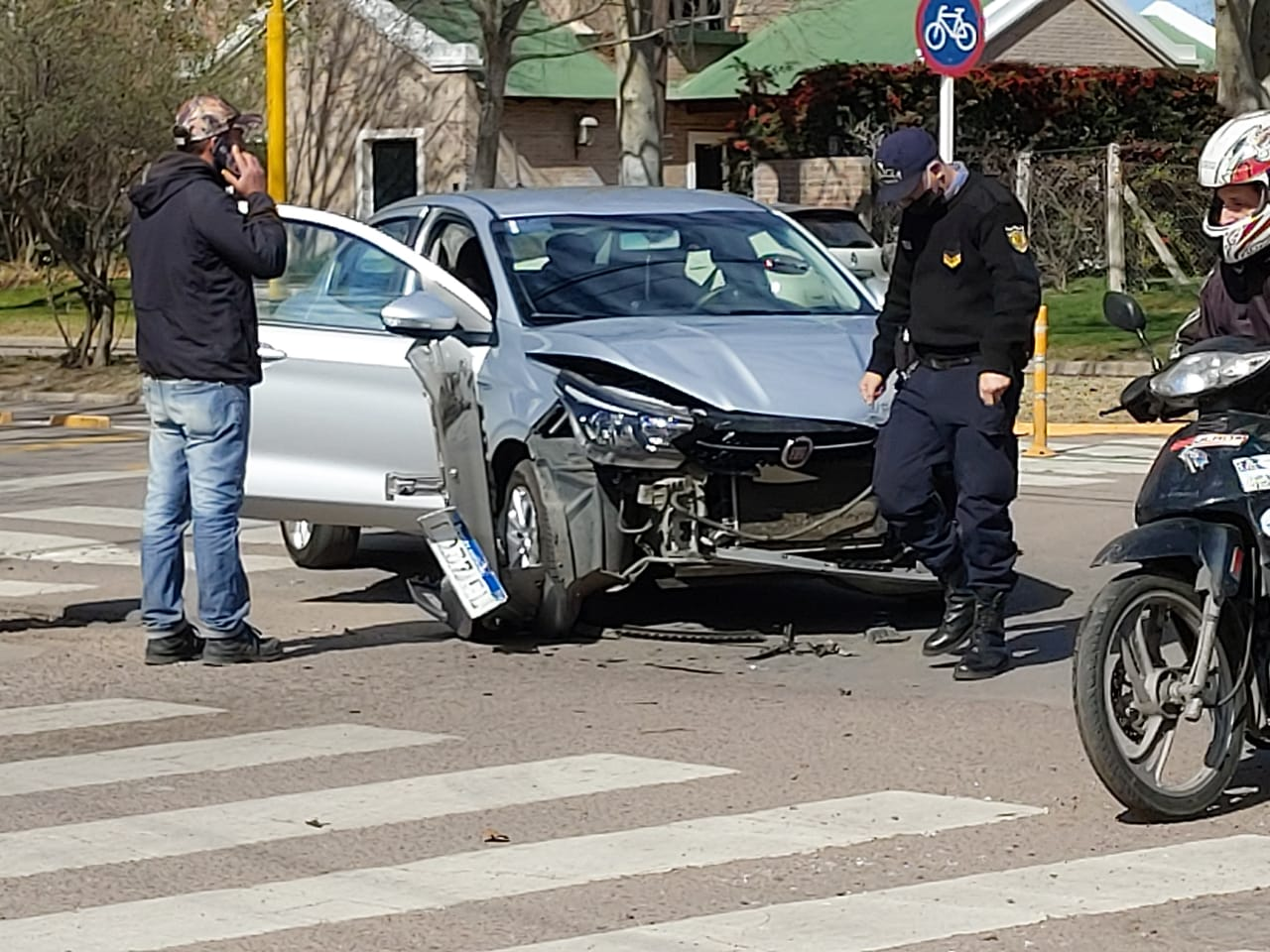 Fuerte choque de dos vehículos en Avenida San Martín y calle 115