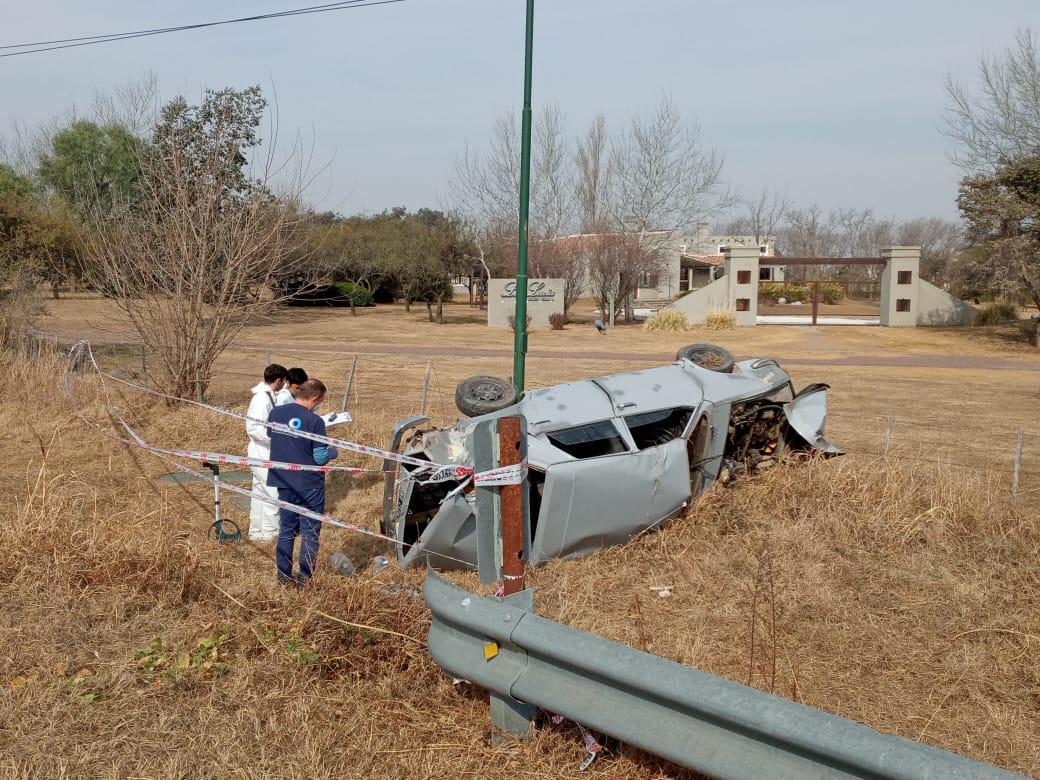 Autopista Córdoba-Carlos Paz: Ebrios, escaparon de un control de la Caminera, volcaron y uno de ellos murió