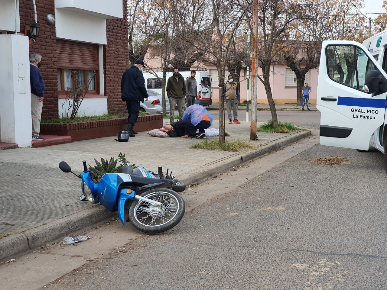 Motociclista sufrió fuertes golpes y tuvo que ser trasladado al hospital