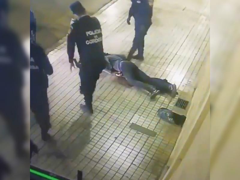 Córdoba: un policía desmayó a trompadas a un joven durante un control