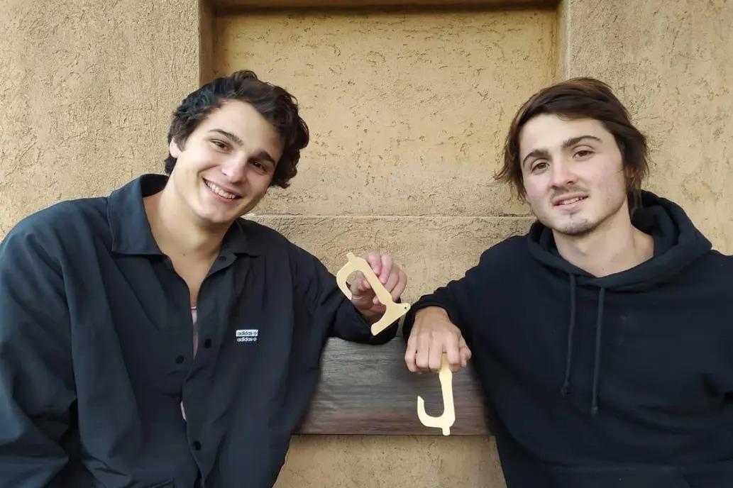 Tienen 20 años: diseñaron un ganchito anticontagio y no paran de vender