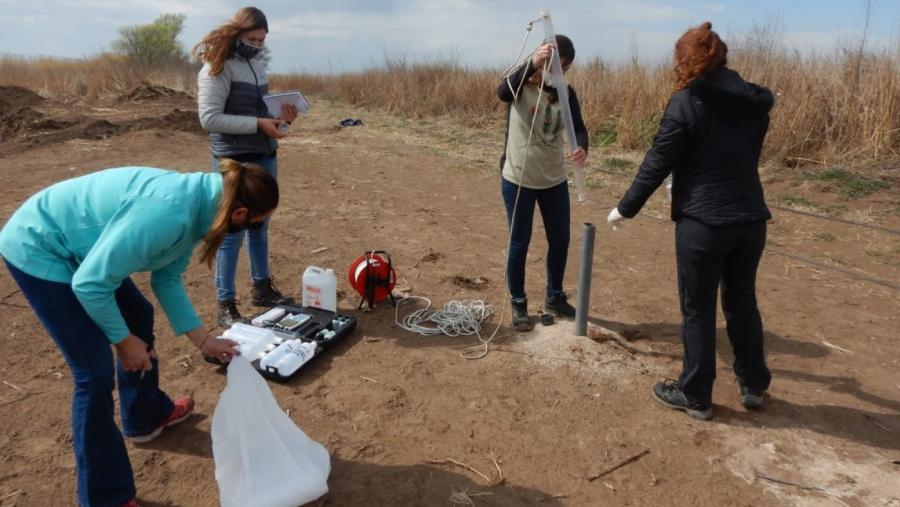 Tomaron muestras de agua subterránea cerca de Vértiz, donde se encontraron enterrados los bidones de agroquímicos