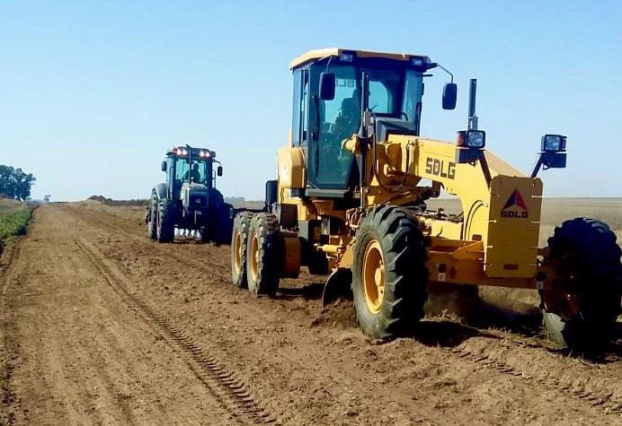 Trabajan en la construcción y la reparación de caminos vecinales
