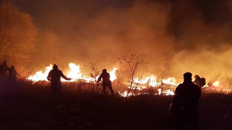 Impresionante video: bomberos escapando del fuego que afecta a las sierras de Córdoba