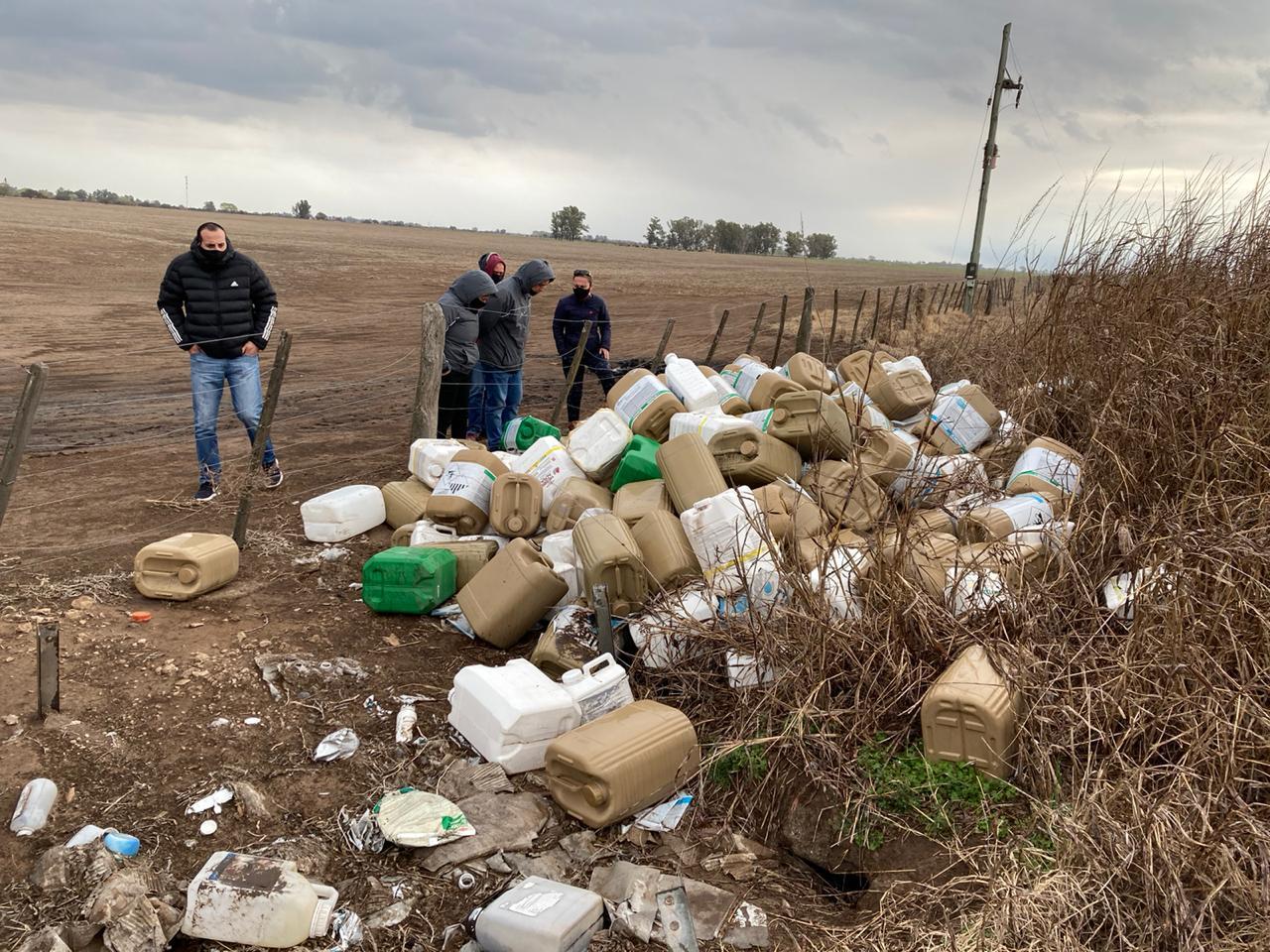 Detectaron 260 bidones de glifosato durante importante allanamiento en un campo cerca de Metileo