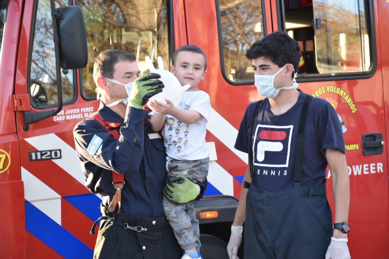 ¡Emotivo gesto!: Bomberos Voluntarios de General Pico asistieron a un pequeño niño que había sufrido un accidente y necesitaba ayuda
