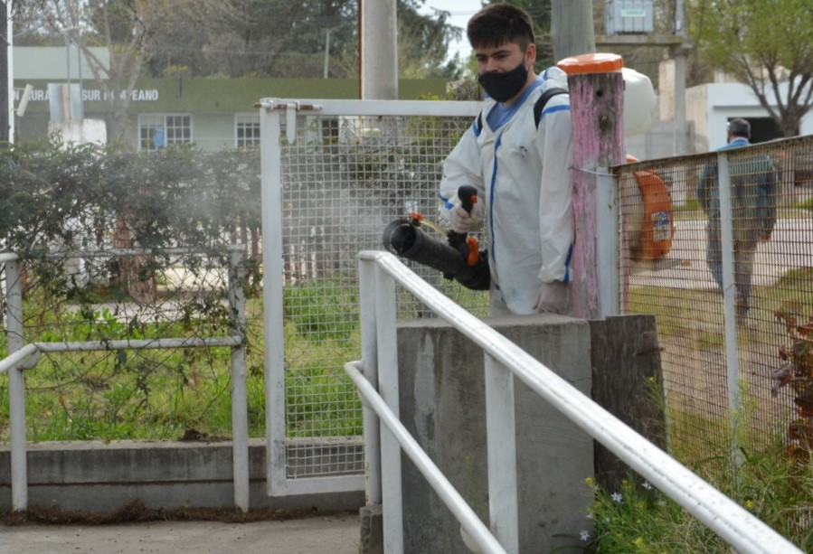 COVID-19: Se realizaron tareas de desinfección en distintas instituciones y espacios públicos de La Adela