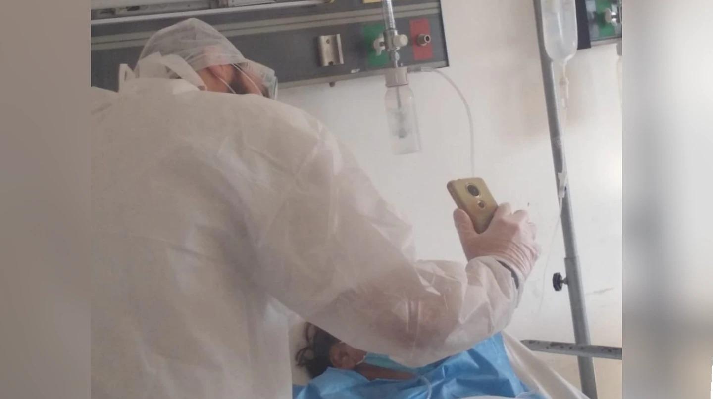 Coronavirus: un médico residente de La Plata ayudó a que cinco hijos despidieran a su mamá por videollamada