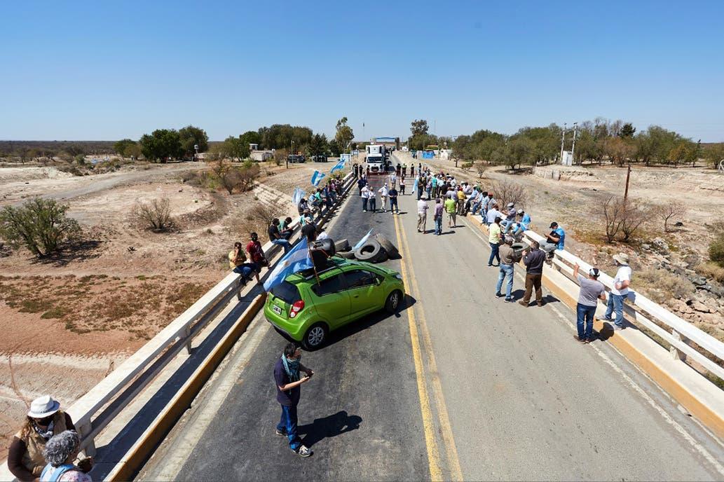 Productores agropecuarios de Córdoba, Mendoza y La Pampa cortan las rutas de acceso a San Luis por tiempo indeterminado