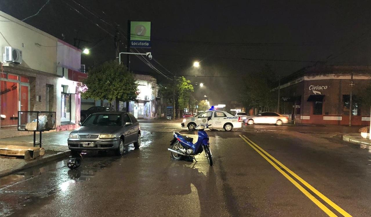 Una mujer circulaba en moto junto a su hija cuando desde un auto estacionado abrieron una puerta y terminaron cayendo a la cinta asfáltica