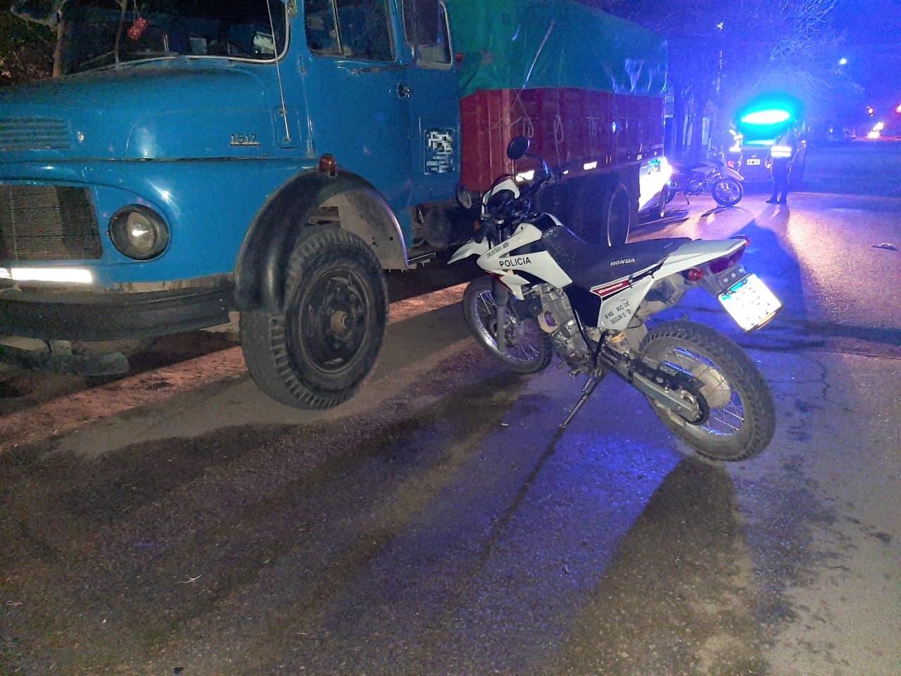 Se topó con un auto que ingresaba a un garage, perdió el control de la moto y terminó hospitalizado