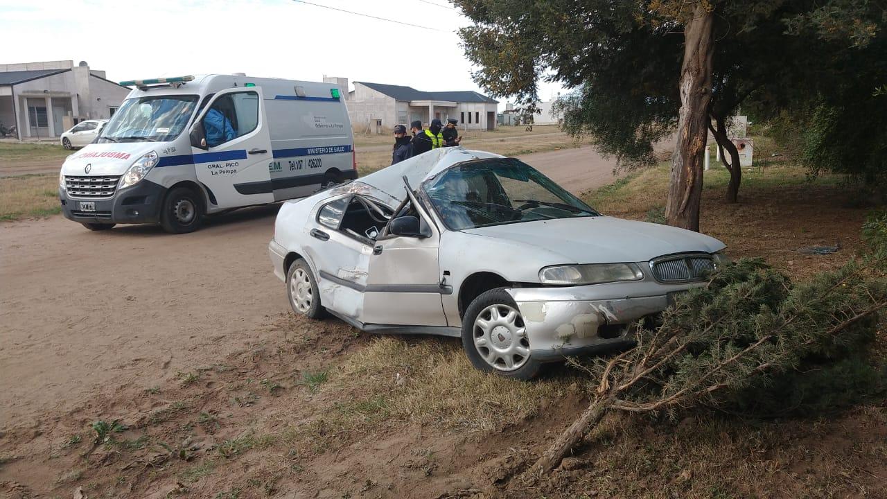 Choque y vuelco en calle 500: Dos personas hospitalizadas y un auto destrozado