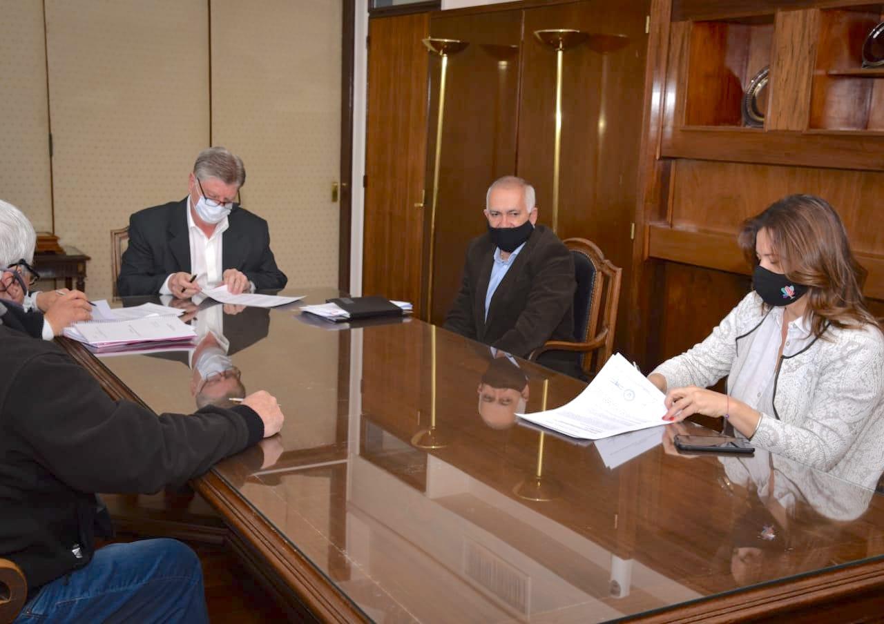 Fernanda Alonso firmó el contrato de repavimentación del casco urbano y 75 nuevas cuadras para General Pico por $ 540 millones