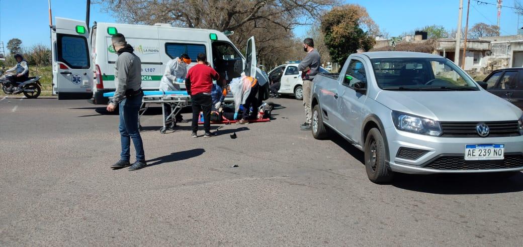 Una mujer hospitalizada tras impactar una moto y una camioneta