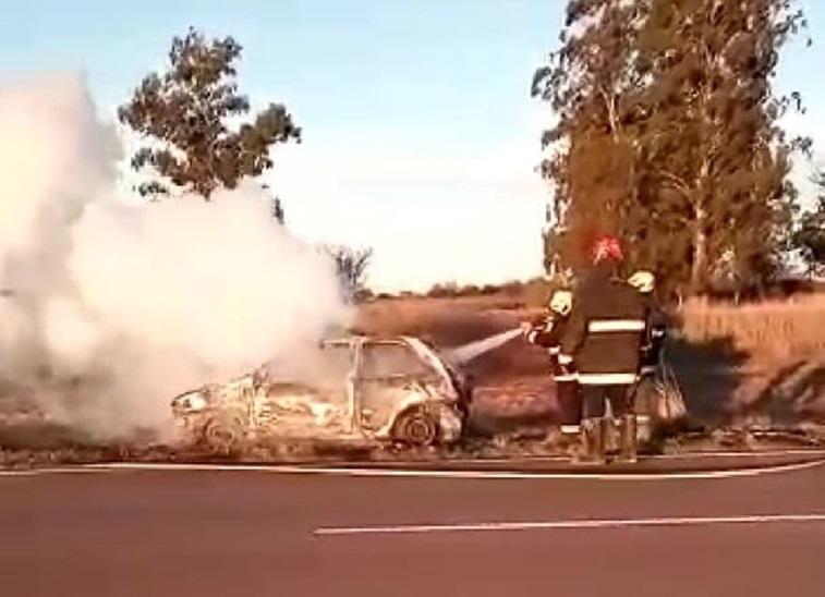 Un incendio destruyó por completo un auto a pocos kilómetros de Trili