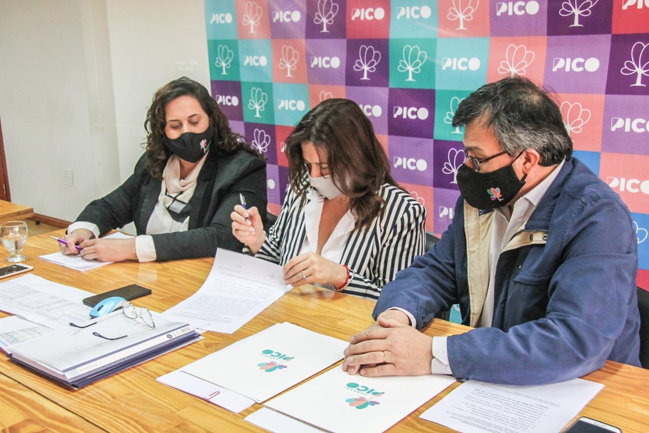 Alonso firmó dos convenios que le permitirá a la ciudad recibir maquinaria destinada al tratamiento de los residuos