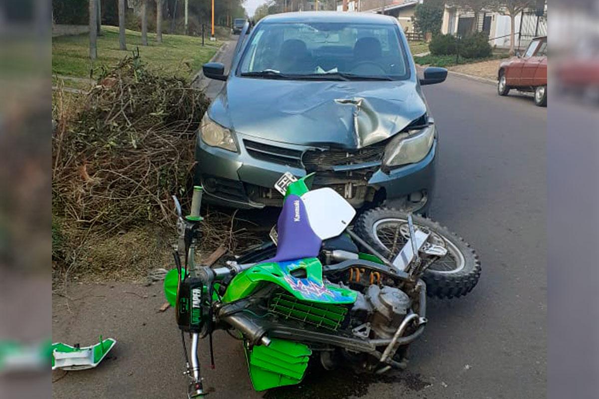 Una moto perdió la rueda delantera al chocar con un auto
