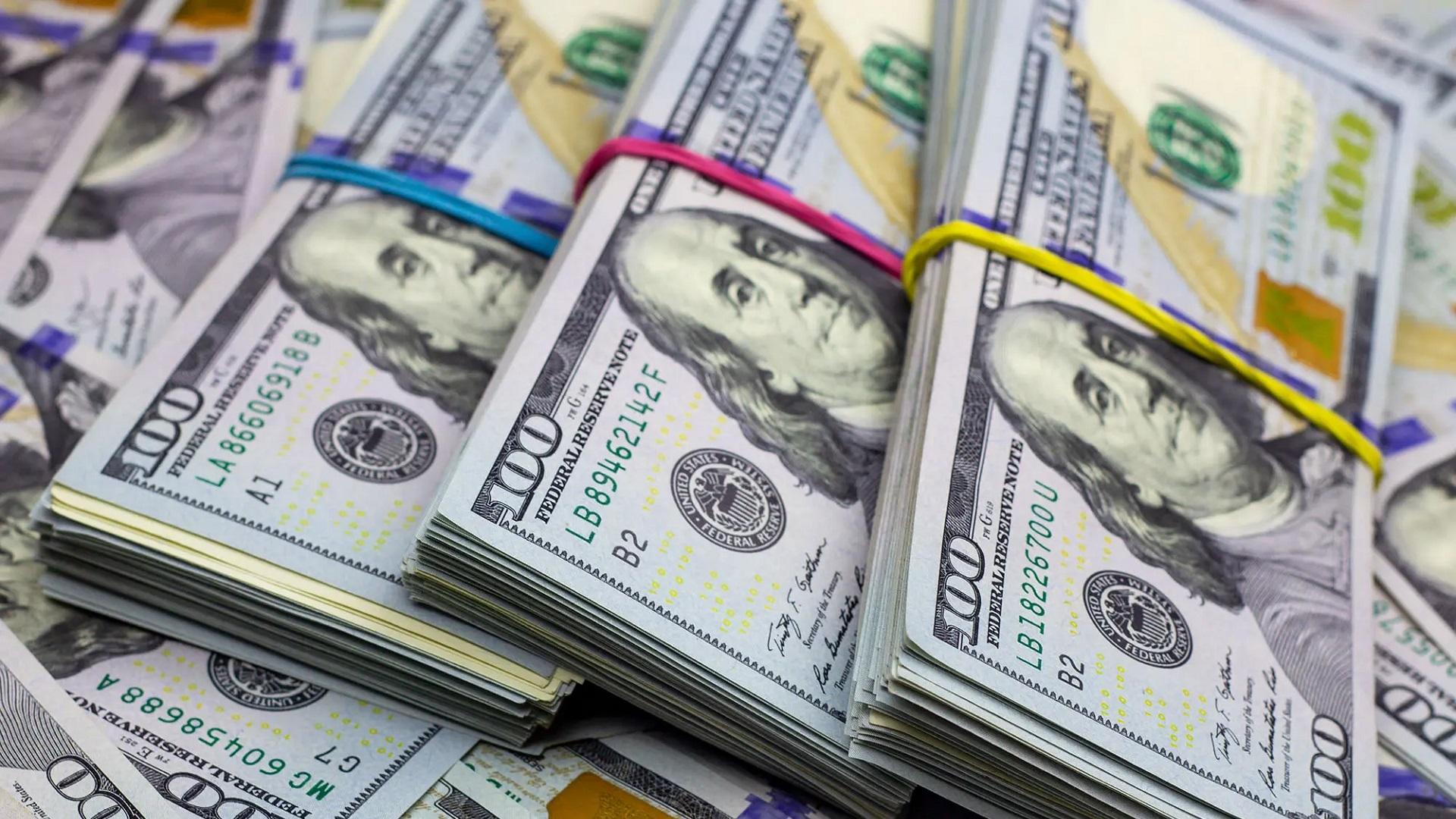"""Los bancos se preparan para volver a vender desde hoy el dólar """"solidario"""": cuáles son las restricciones para la compra"""