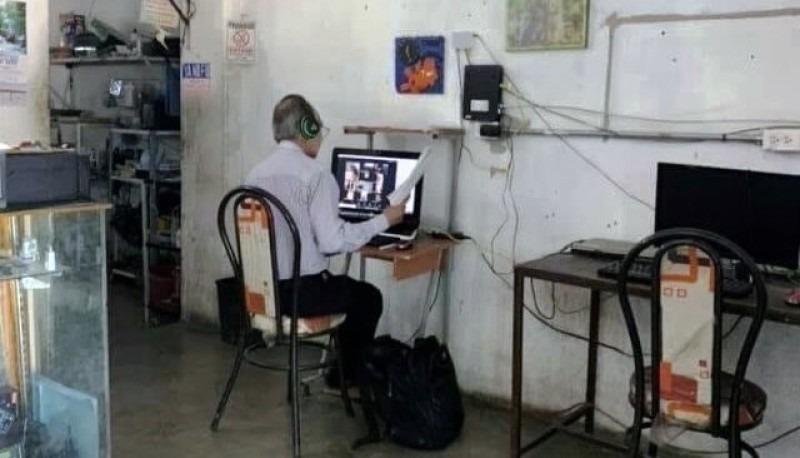 México: fotografían a un profesor que asiste a un ciber para darle clases a sus alumnos