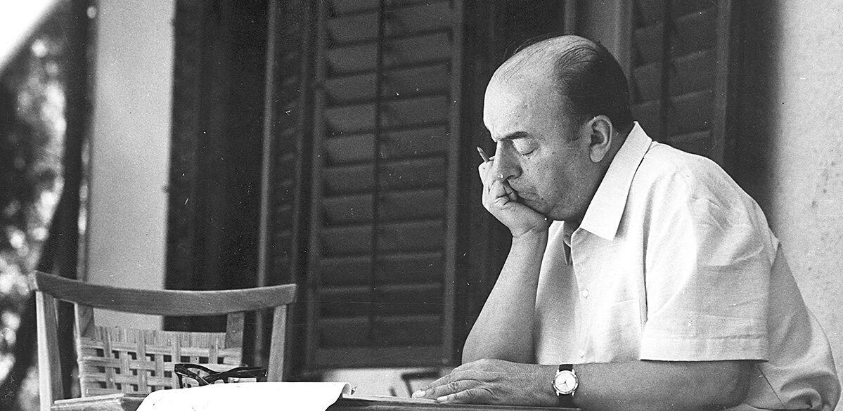 Subastarán una colección de manuscritos y objetos personales de Pablo Neruda