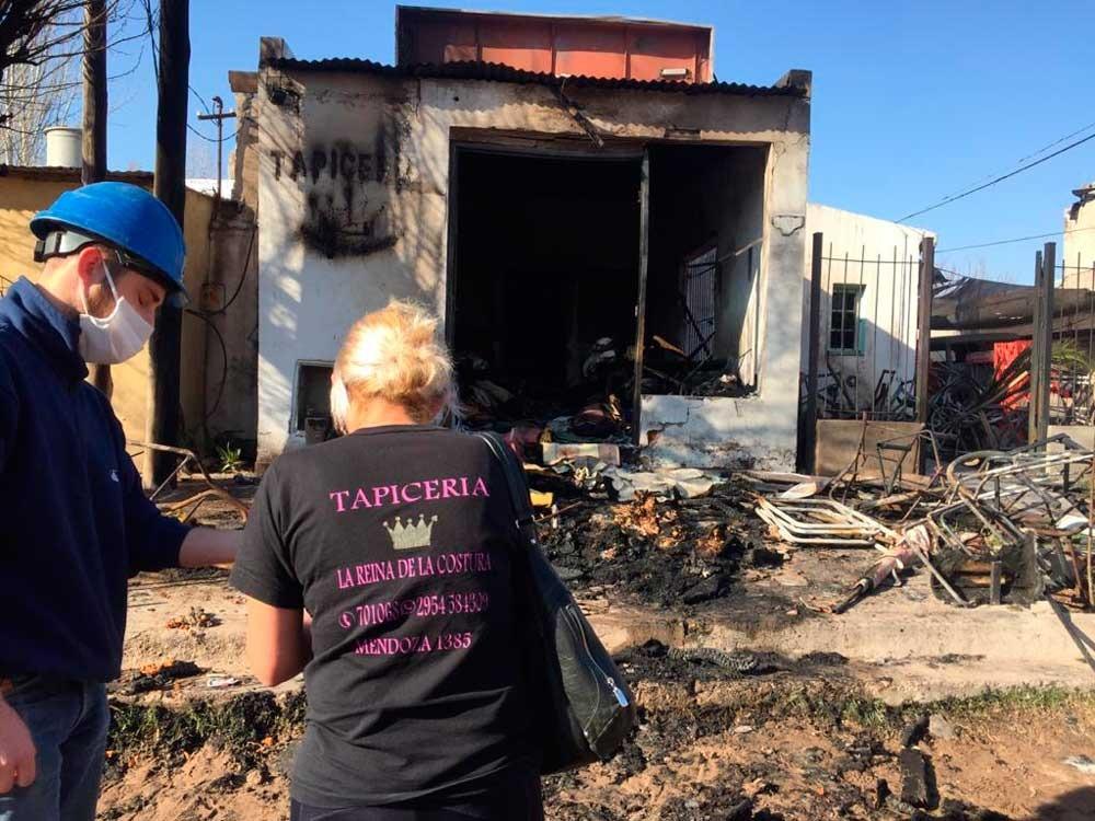 Santa Rosa: quemaron una casa y una tapicería