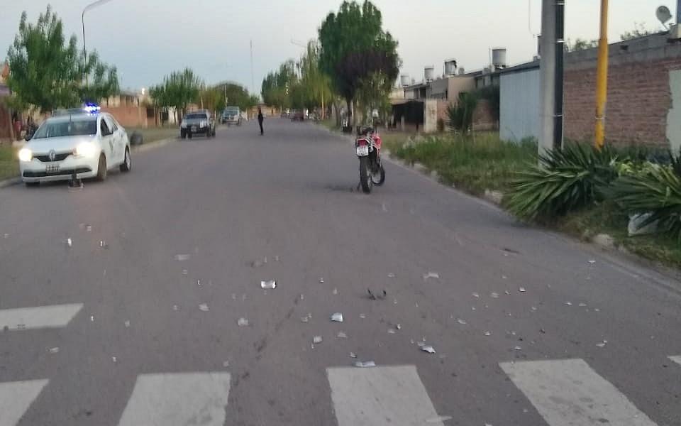 Chocaron un auto y una moto: Trasladan a un  motociclista al hospital