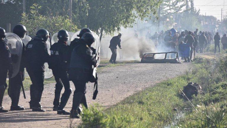 Guernica: la policía desalojó el predio, hubo incidentes y más de 30 detenidos