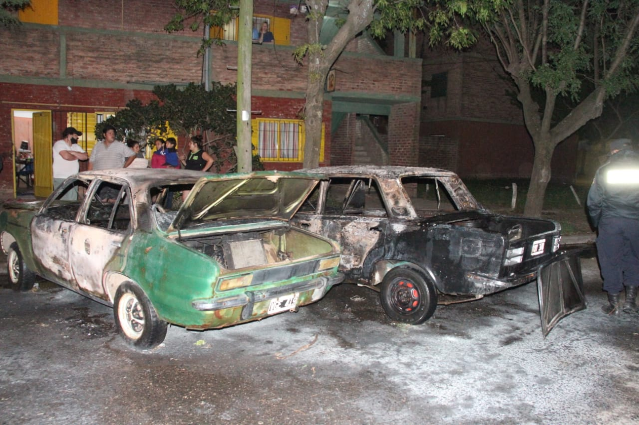 El fuego destruyó dos autos: bomberos trabajaron en el lugar