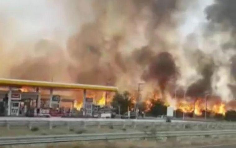 """Córdoba: playeros salvaron una estación de servicio del fuego: """"Llegó a metros"""""""