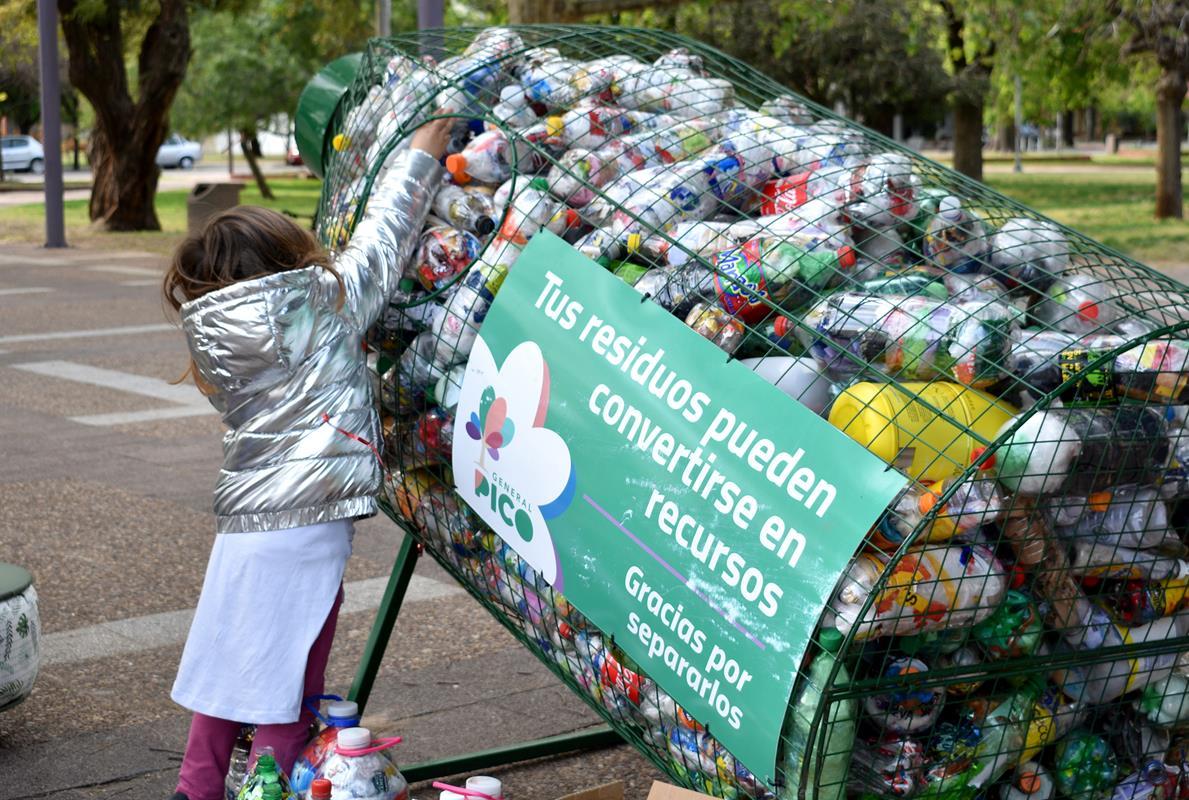 """Cientos de piquenses fueron parte del """"Día Verde"""" y pudieron canjear una eco botella por un plantin"""