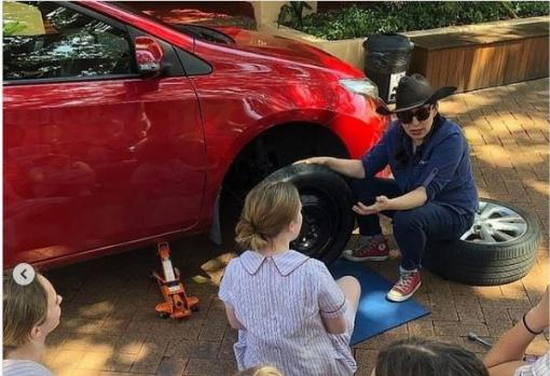 Australia: una escuela enseña a niñas cómo cambiar las ruedas del auto para que no dependan de nadie