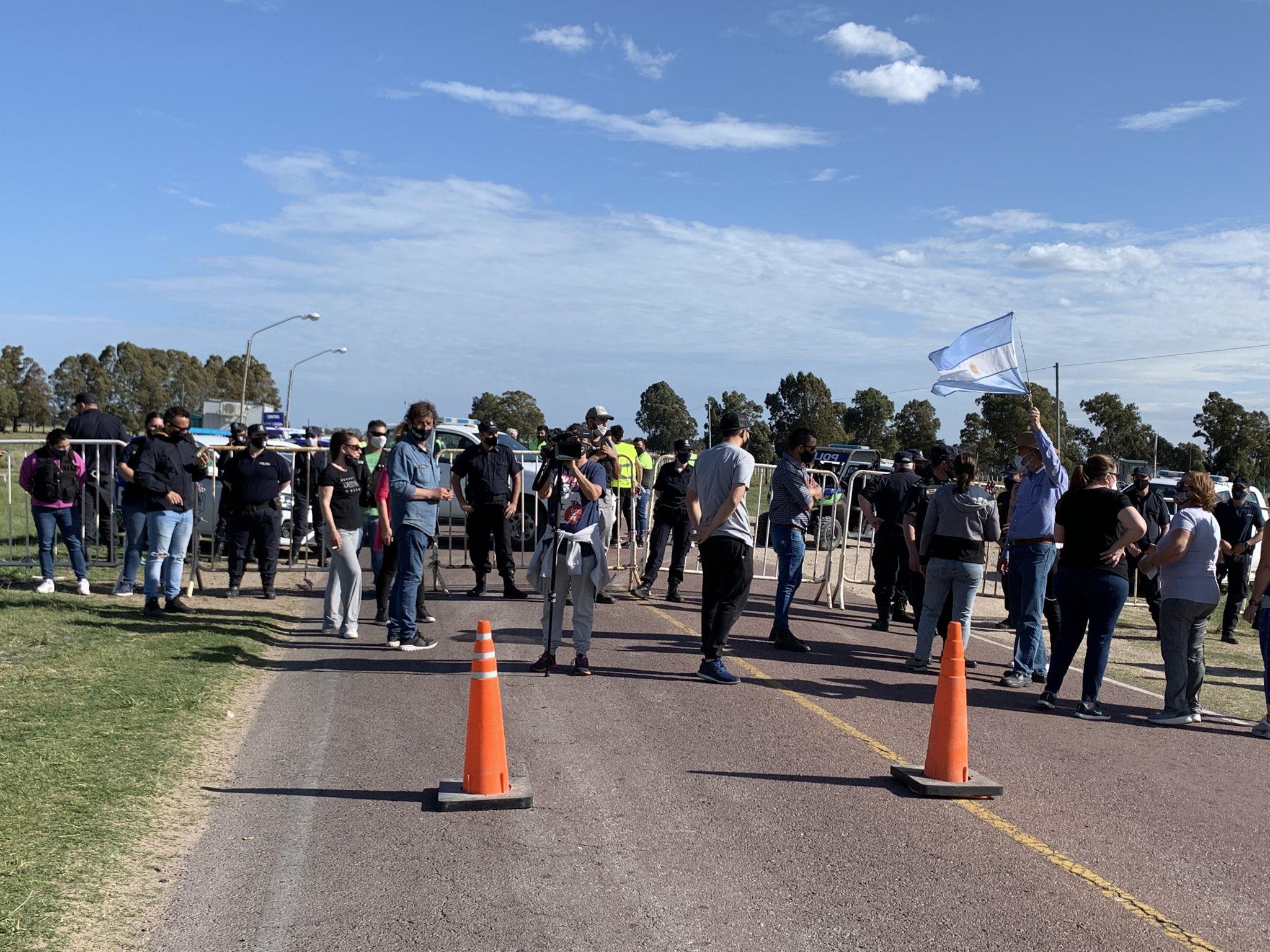 Grupo de propietarios no residentes reclamó y quemó neumáticos para pedir ingresar a Monte Hermoso