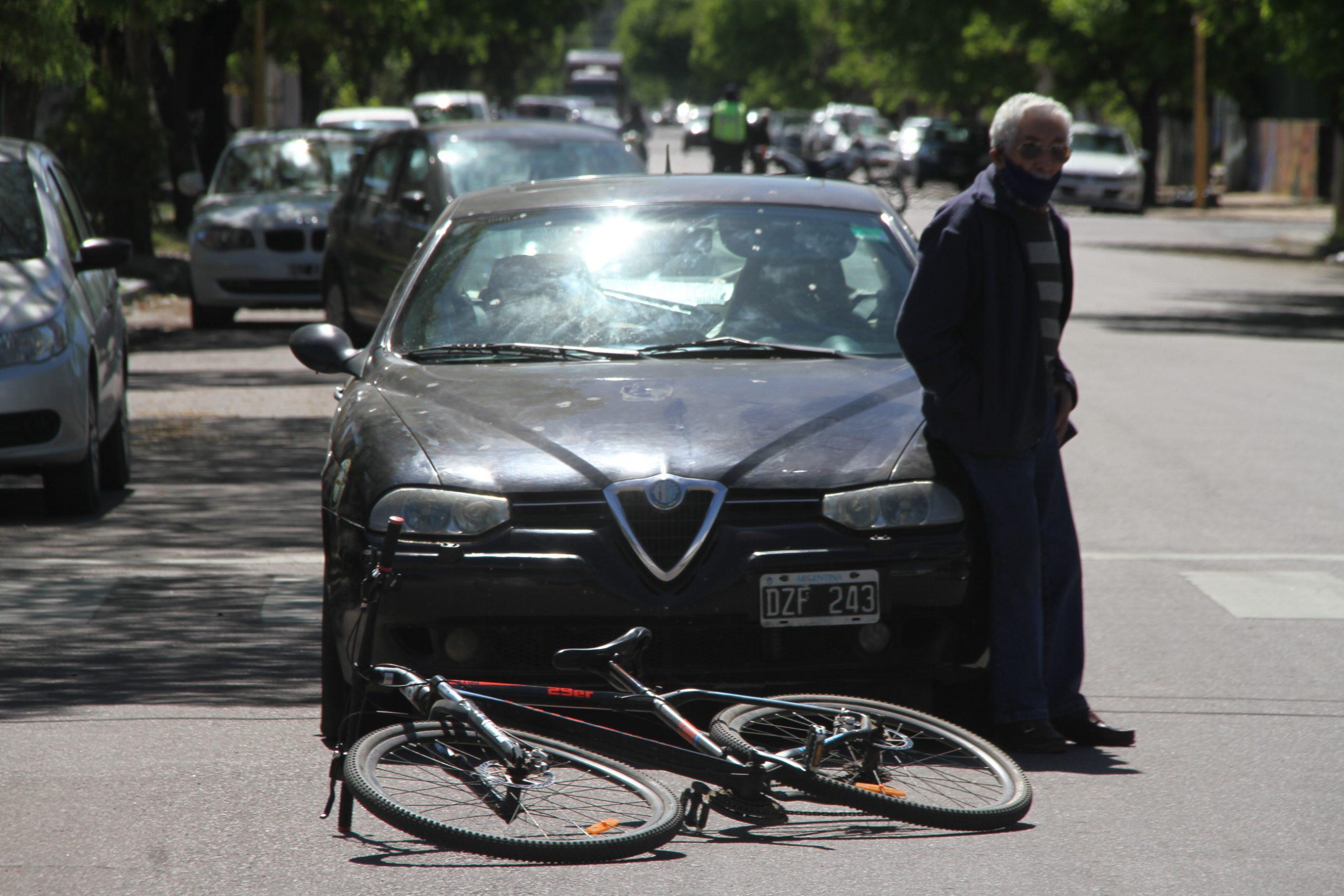 Un ciclista fue hospitalizado tras un siniestro vial con un auto