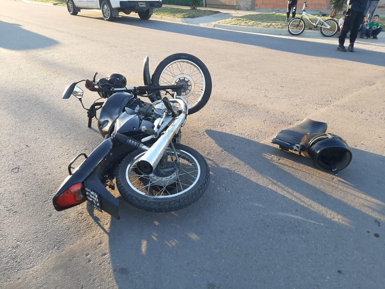 Fuerte choque en calle 430 y 405: Un motociclista fue hospitalizado