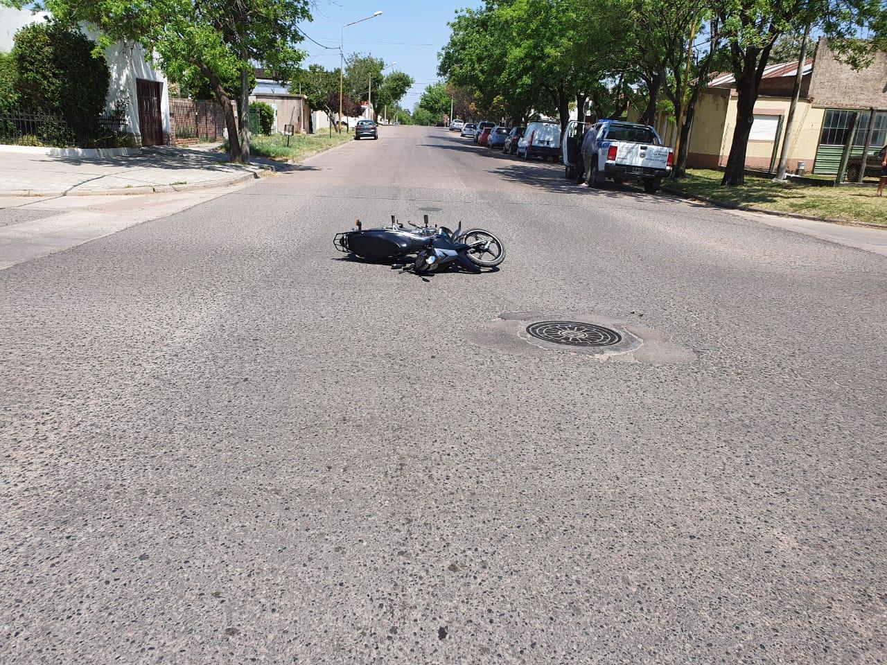 Choque entre camioneta y moto en calle 7 y 102: Mujer embarazada fue trasladada por el SEM al Hospital