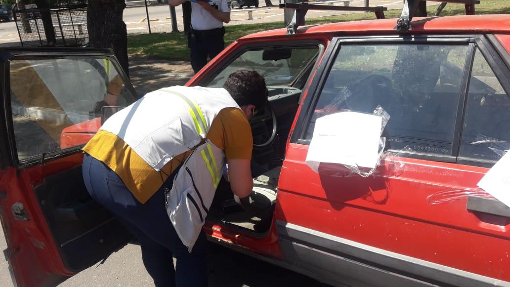 Detienen a un sujeto que robó un estéreo y otros elementos del interior de un auto