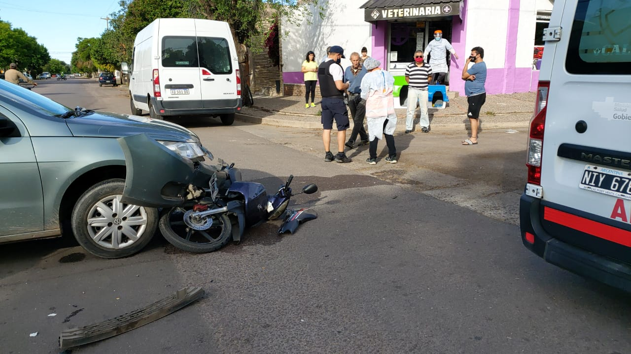 Fuerte choque en calle 25 y 20: Una joven mujer motociclista fue hospitalizada