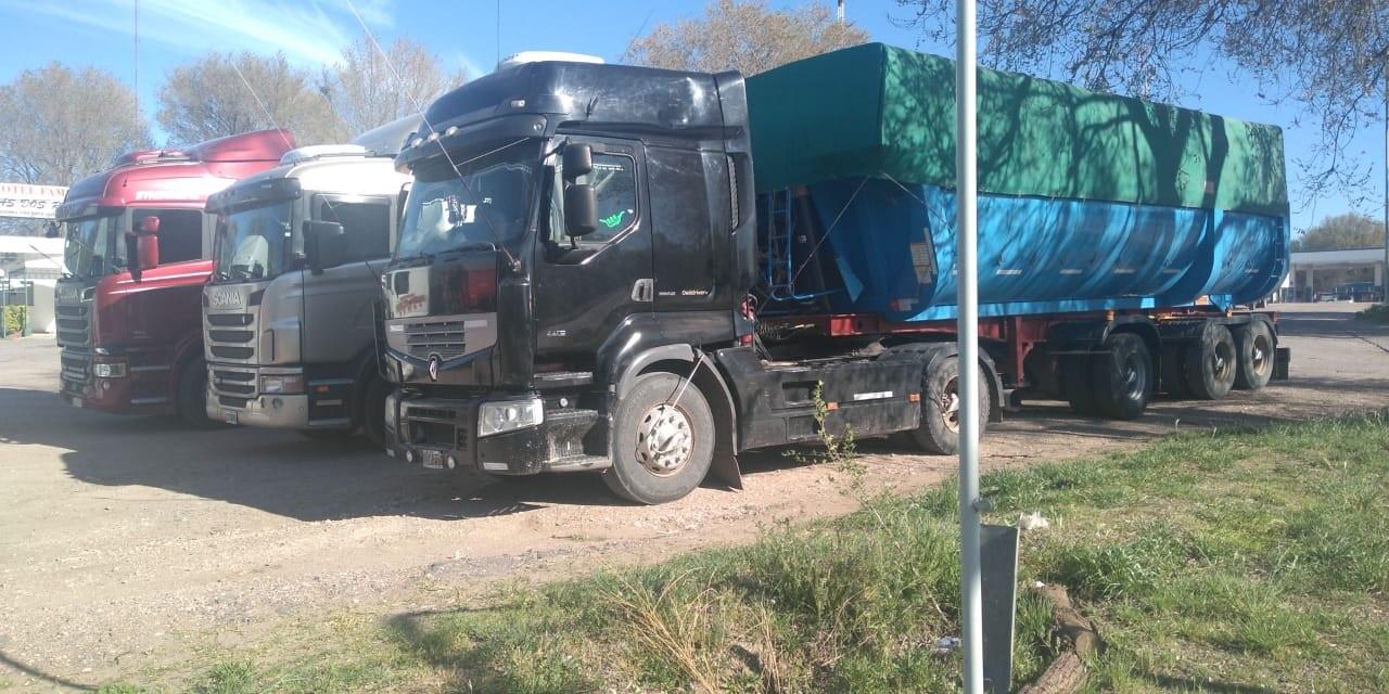 Policía del puesto caminero Padre Buodo retuvo cuatro camiones cerealeros y notificó a cinco personas por circular sin documentación
