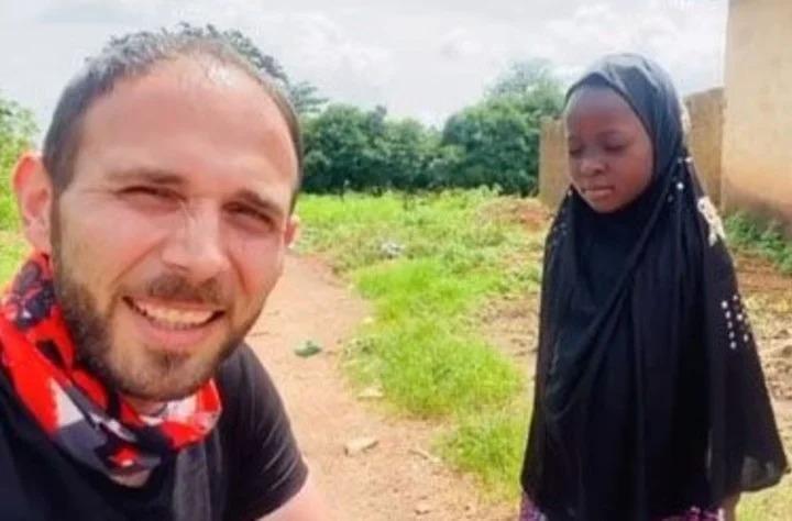Video: la emocionante reacción de una niña huérfana de Nigeria al recibir su primera muñeca