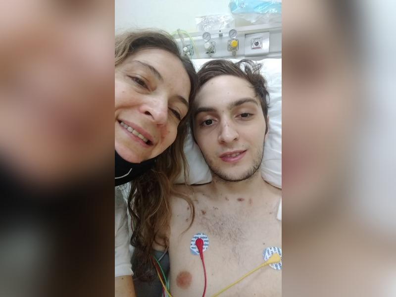 """Tomi Cisneros salió de terapia intensiva: """"Dios escuchó nuestras oraciones, cada vez más cerca de volver a casa"""" dijo su madre"""