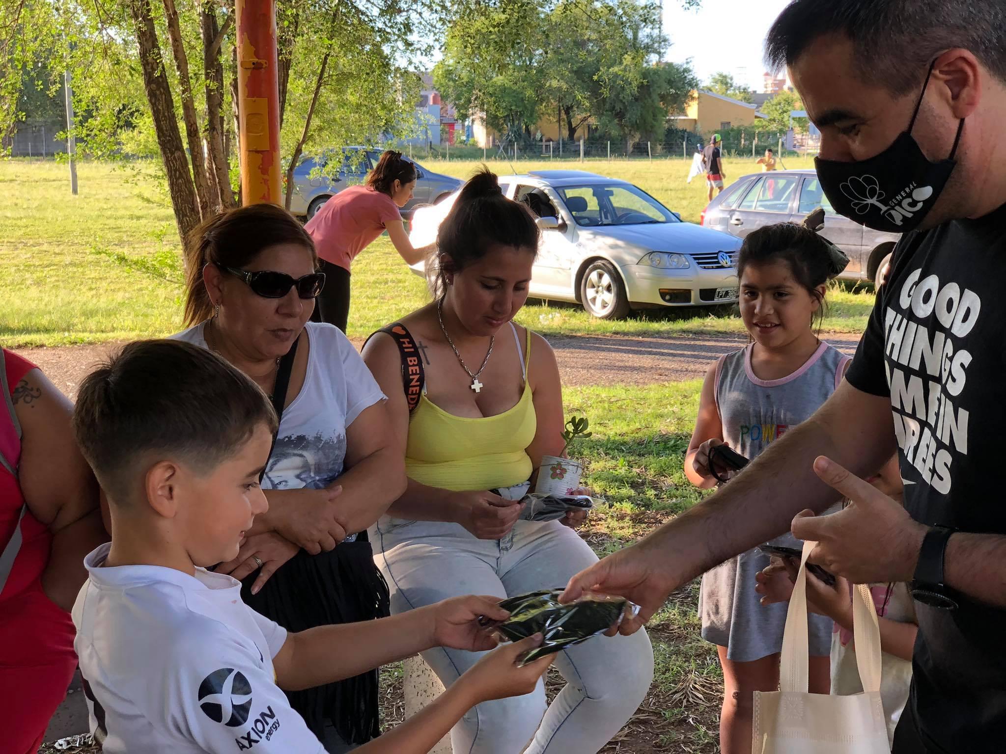 Funcionarios recorrieron el Paseo de los Inmigrantes concientizando sobre el uso del tapabocas