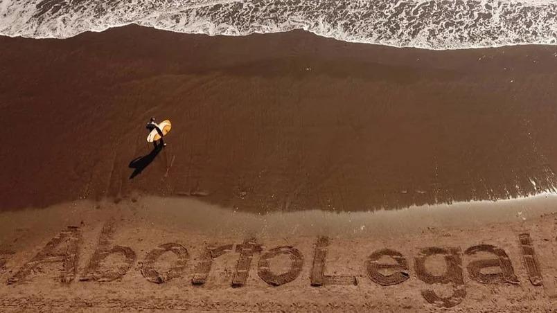 La playa Varese amaneció con una intervención para pedir por la legalización del aborto