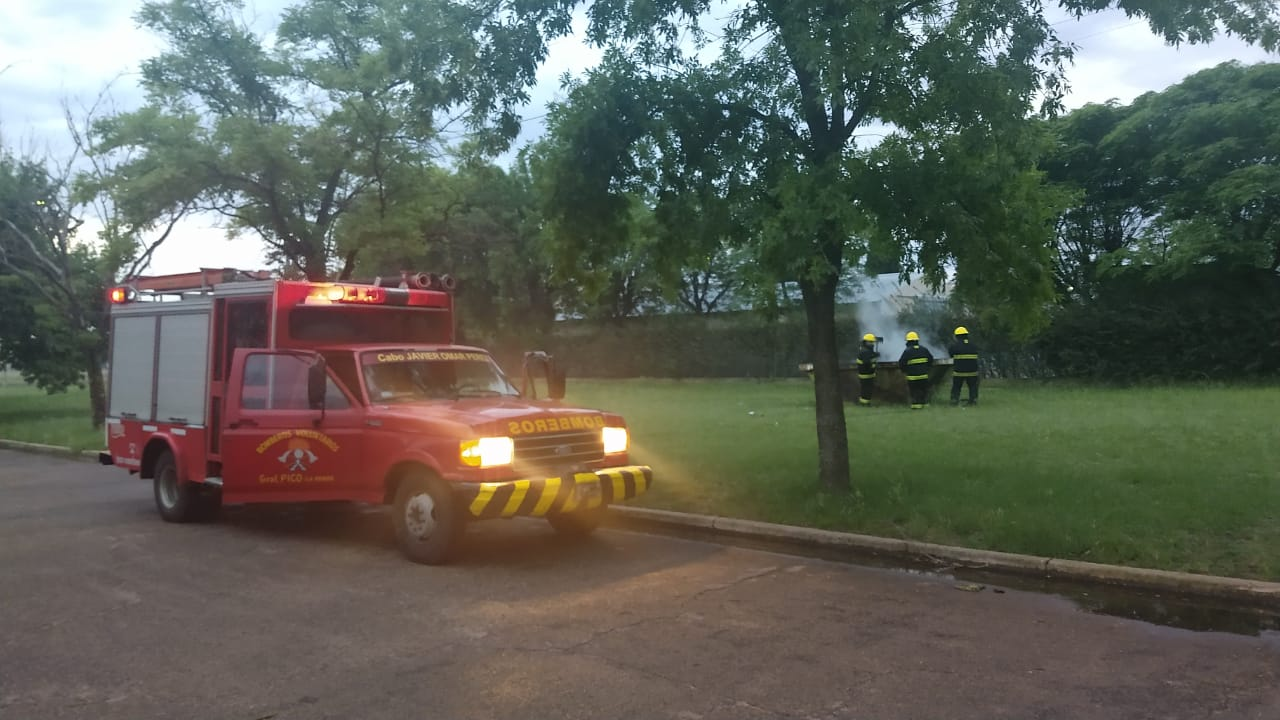Una dotación de Bomberos Voluntarios trabajó en el incendio de un contenedor de basura ubicado en el Parque Industrial