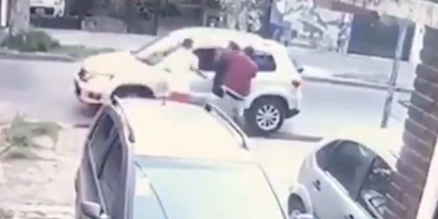 Buenos Aires: (Video) asaltan a una pareja y antes de llevarse el auto le dejan bajar la silla de ruedas