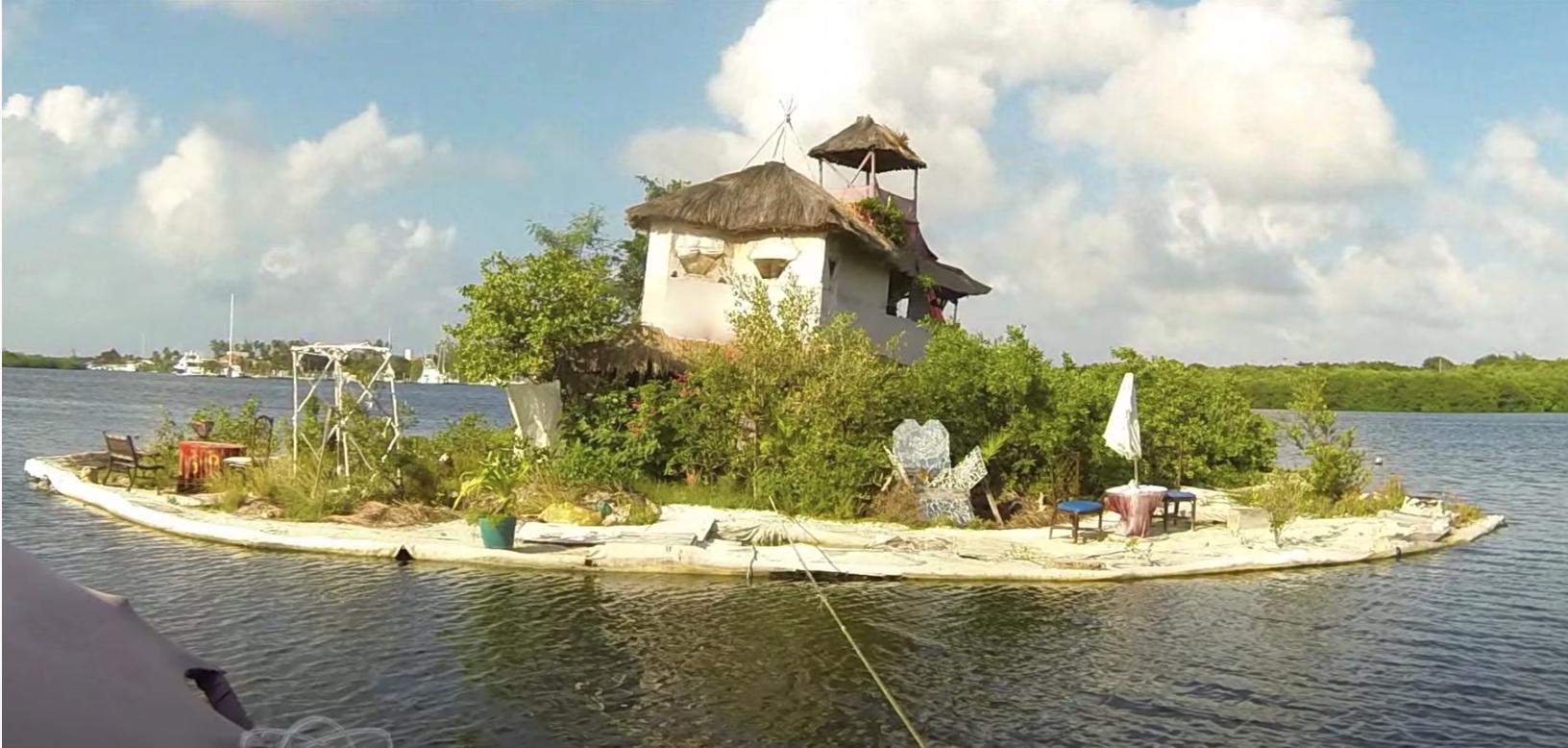 Cancún: construyó una isla sobre miles de botellas de plástico y hoy es un atractivo turístico
