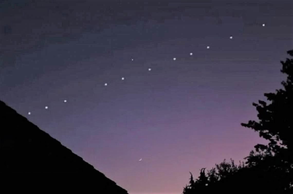 """Starlink: Alrededor de 60 satélites pasaron en """"trencito"""" por el cielo de La Pampa"""